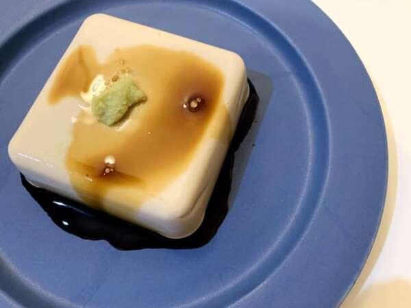 わさび醤油をのせたゴマ豆腐