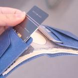 経年劣化知らず!?フラップでカードを押さえるミニマル財布「Foggy_M」