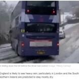 2階建てバスが雪道の下り坂でスリップ 前方車両との衝突をギリギリ回避(英)<動画あり>