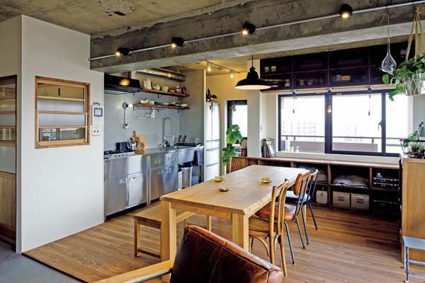 ステンレスの業務用キッチンを採用したダイニングキッチン
