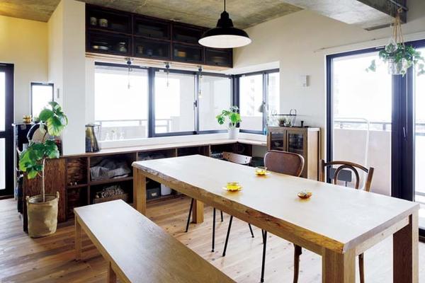 大きなテーブルのある、眺望のいいダイニングキッチン