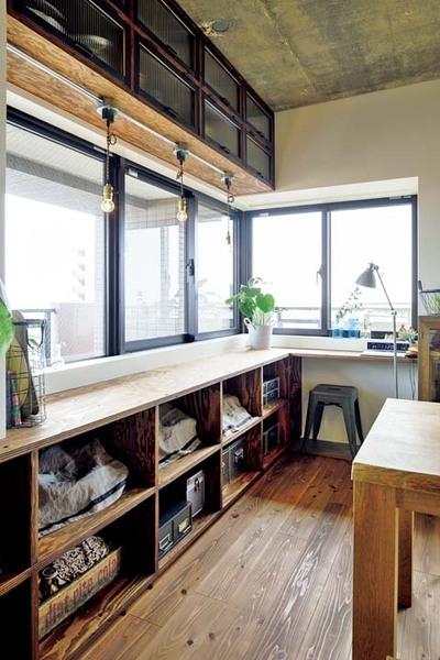 ダイニングキッチンの窓辺に造作した棚