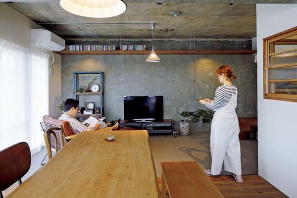 壁をモルタル、床をモールテックスで仕上げたリビング