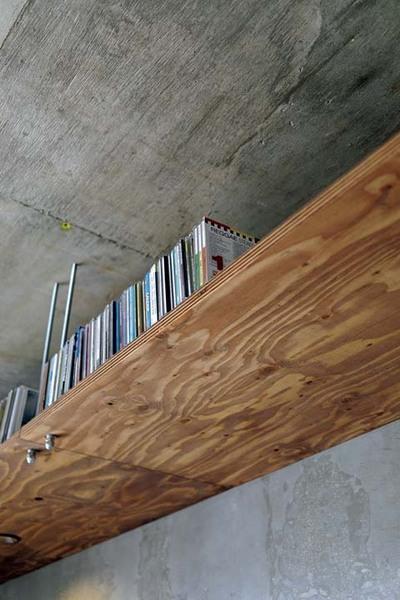 天井近くに造作したCDなどの収納棚