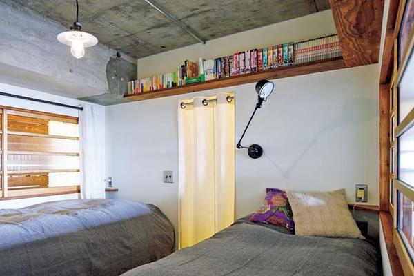室内窓や本棚を設置した寝室