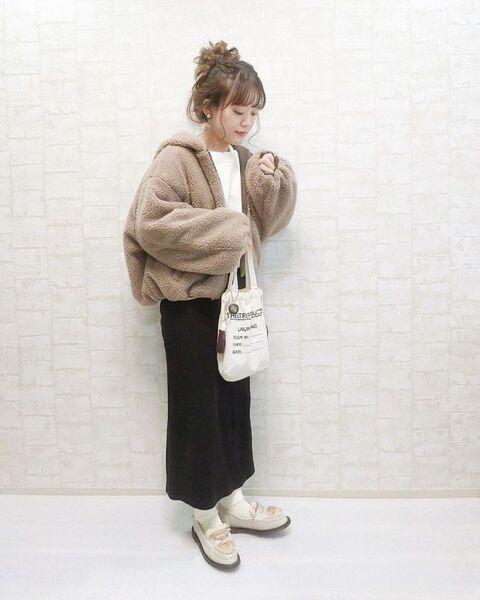 白のプルオーバーにブラウンのボアブルゾンを羽織り、黒のタイトスカートを合わせベージュローファー、白のミニトートバッグをコーディネート