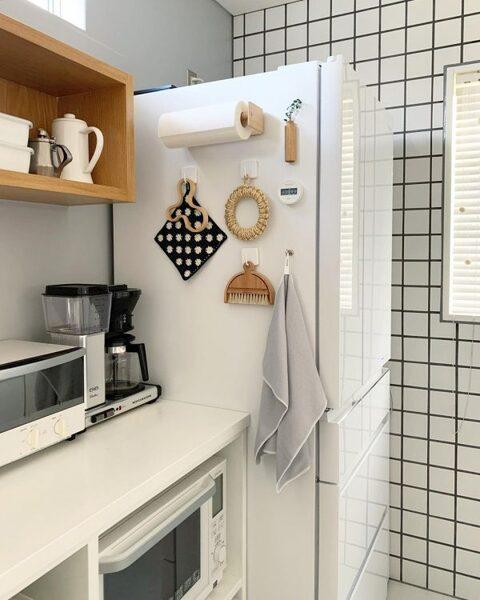 冷蔵庫横は吊るし収納に便利