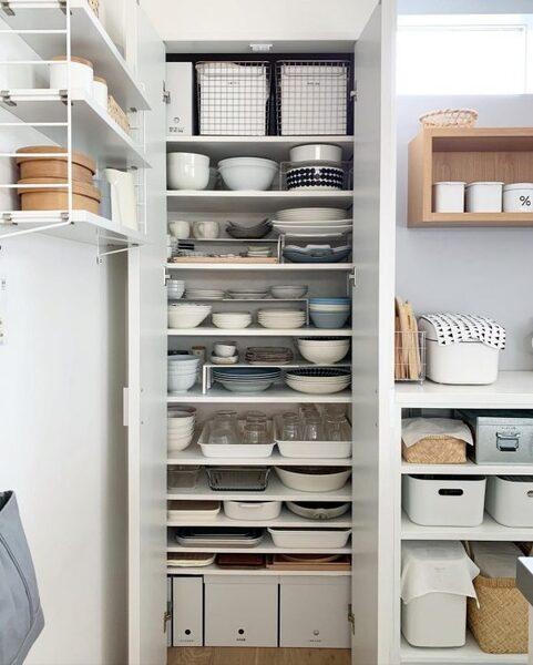 ラックやトレーを活用した食器棚収納