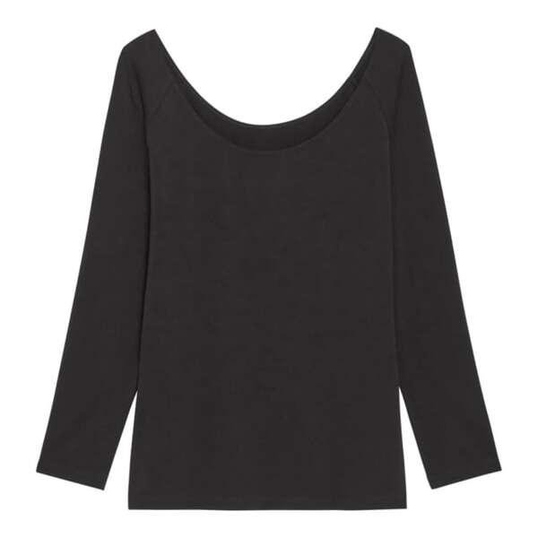 黒のワイドネックTシャツ