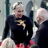 レディー・ガガ、米大統領就任式で身につけていた金色の鳩のブローチに込めた想いを明かす