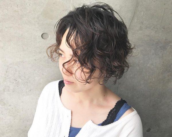 卒業式に◎母親向けの髪型「黒髪パーマショート」