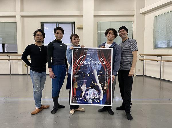 NBAバレエ団ダンサーたちとともに。左は久保綋一芸術監督、右はヨハン・コボー
