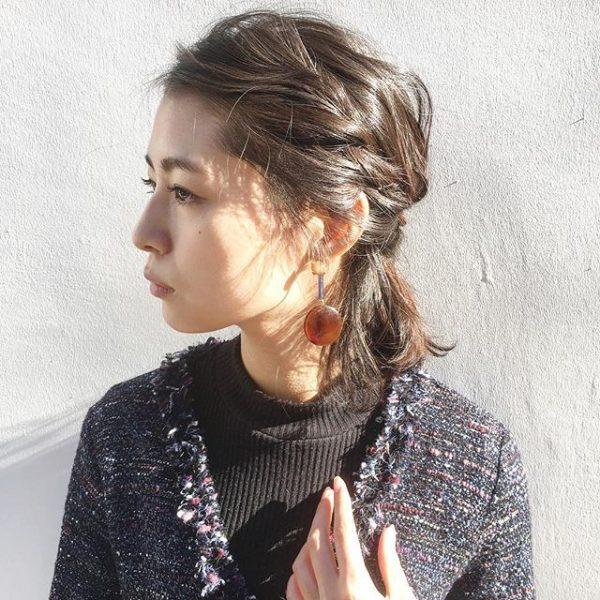 前髪の編み込みがサイドにいきるハーフアップ