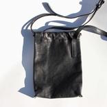 手ぶら派でもストレスフリー。開け閉めしやすいパトリックステファンの巾着型レザーバッグ|マイ定番スタイル