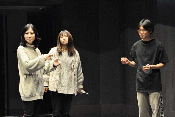 何かとシンジを気にかける隣人一家。(左から)母のクルミ(深澤しほ)、娘のウミ、父のギイチ(鈴鹿通儀)。