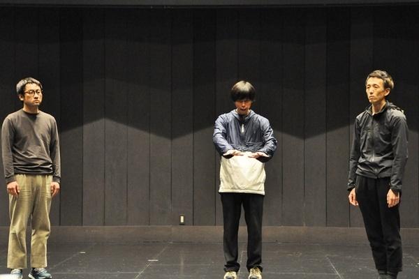 シンジと何かとつるみたがるトノヤマ(生実慧/中央)。そこに県外に住むシンジの兄・ケンイチ(田辺泰信/右)が訪ねてくるが……。