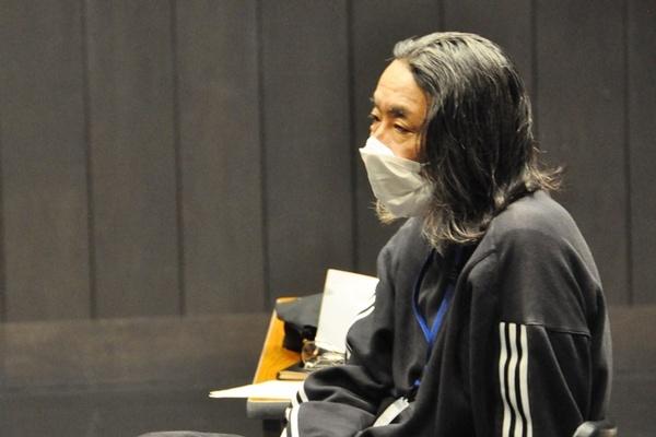 演出中の松田正隆。