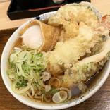 【天ぷら爆盛り】池袋駅の片隅に隠れるように佇む『しぶそば』の店舗限定メニューが密かにスゴイ / 立ち食いそば放浪記:第250回