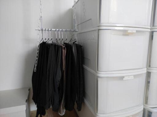 セリアの3つのアイテムで「ブランコハンガー」をDIY。ズボンの収納はこれで決まり
