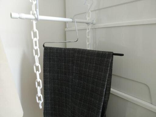 マワハンガー・シングルパンツは、ズボンを2つ折りにして、横からサッと掛けられるので便利