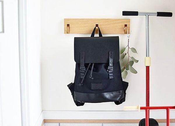 フックでおしゃれなバッグの収納アイデア