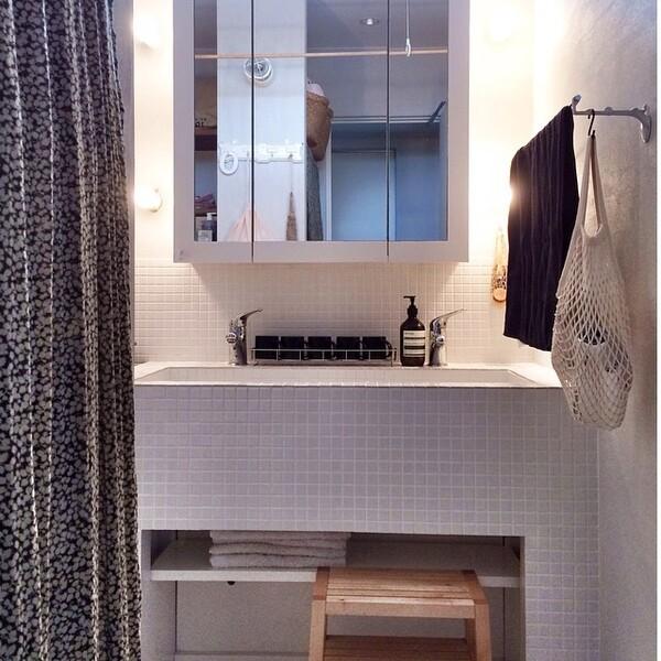 ホワイトのタイルで統一感のある洗面所