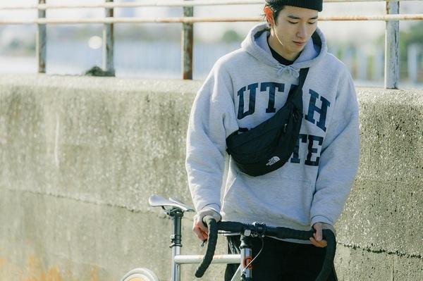 自転車を押す宮下さん