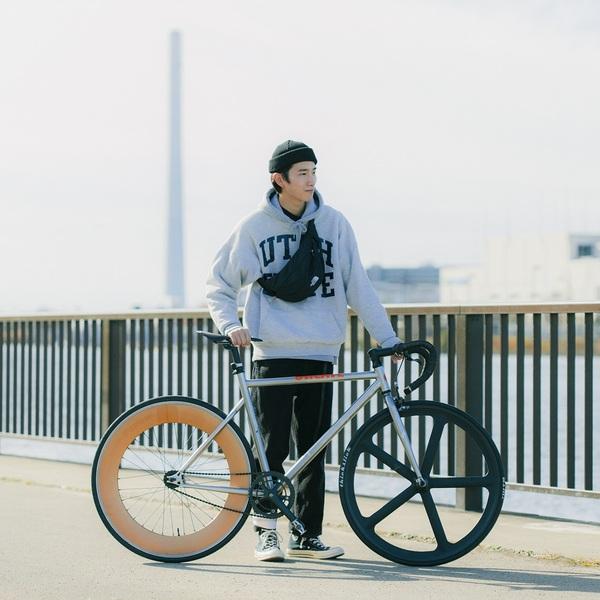 自転車の横に立つ宮下さん