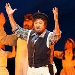苦悩、怒り、諦め、涙……様々な想いと共に試練に立ち向かうユダヤ人家族の生き様を描く、ミュージカル『屋根の上のヴァイオリン弾き』開幕