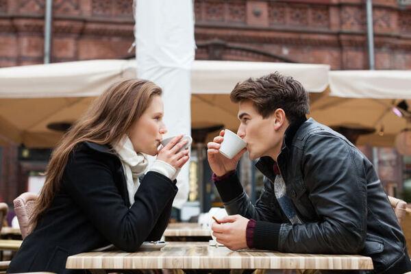 人見知りさん必見!「初対面の男性」と距離を縮める会話術4つ