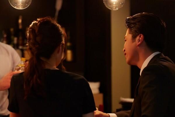 ニュースキャスター小川彩佳さん(34歳)の夫が不倫をしたとして世間を賑わせている。「有名で素敵な妻」を持つ男と知り合って恋に落ちる女性の心理は、どういうものなのだろうか。