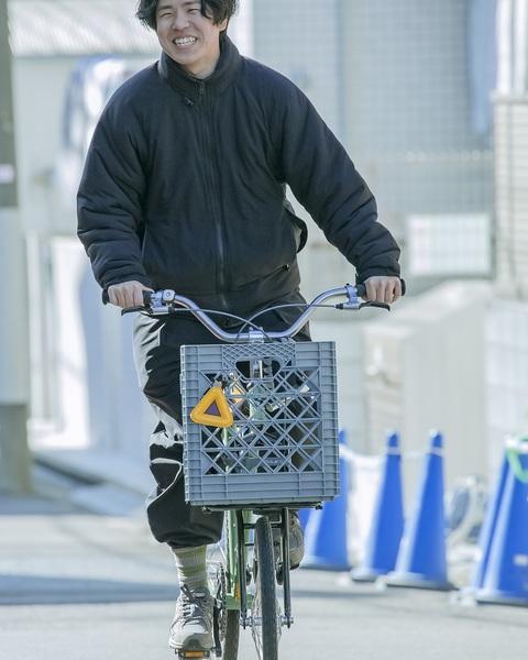 自転車に乗る藤本さん