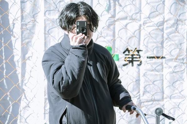 フィルムカメラを構える藤本さん