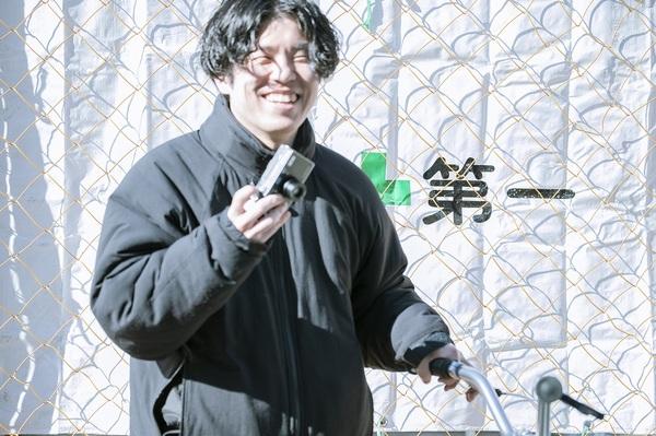 フィルムカメラを持つ藤本さん