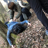 桜田ひより、枯れ葉に横たわる姿に「助けてあげたいw」