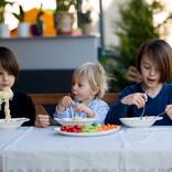 【違うそうじゃない】離乳食を食べない三男に母と兄で作戦決行! しかし予想外の結果に「そっちかーい!!ww」「賢い子」「かわいいからヨシッ!!」とツイッター爆笑