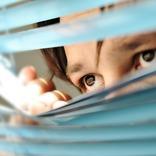 娘の部屋を怪しい男が覗き見していた! 母親がとった行動に警察もびっくり