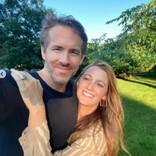 ライアン・レイノルズ、妻ブレイク・ライブリーのヘアカラーを手伝う姿にファン「最高のバレンタイン投稿」