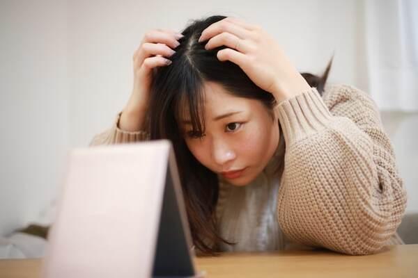 髪の老化を感じやすい人もいれば、いつまでも若々しい髪を保つ人もいます。その差はどこにあるのでしょうか? また、髪の老化はどのようにして起こるのでしょうか?