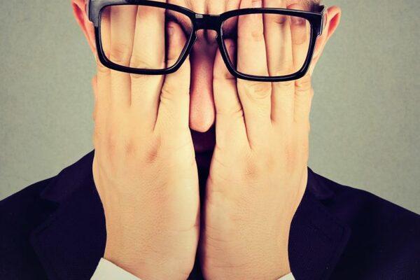 目を隠す男性