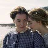 ケイト・ウィンスレットとシアーシャ・ローナンが美しい 『アンモナイトの目覚め』場面写真解禁