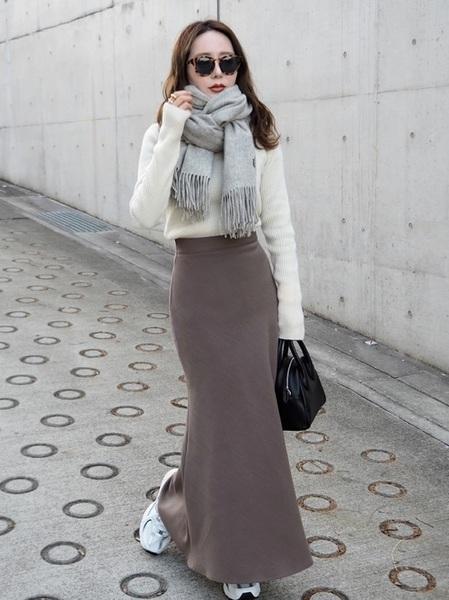 白ニット×茶色スカートコーデ