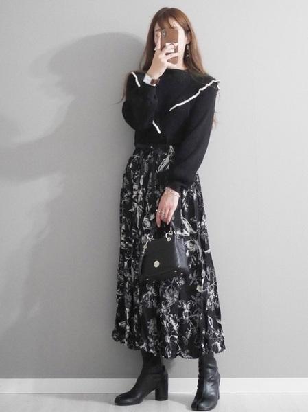 黒ニット×花柄スカートコーデ