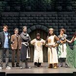 山田孝之主演のミュージカル『モンティ・パイソンのSPAMALOT』ーー人気作のパロディとナンセンスなネタが満載