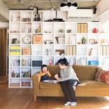 壁一面の収納棚がリビングを楽しく彩る。生活感をきちんと隠すリノベ