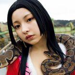 「#2i2」十味、大蛇を巻き『ONE PIECE』ボア・ハンコックのコスプレに挑戦