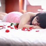 小嶋陽菜、お色気ムンムンの谷間&生足に「隣に寝たい」