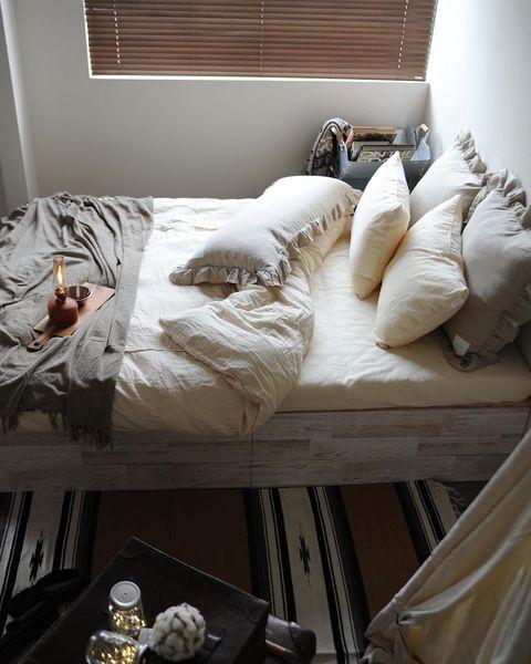 ベッドカバーは明るい色で統一