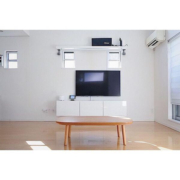 テーブルを部屋の中心に置いたインテリア