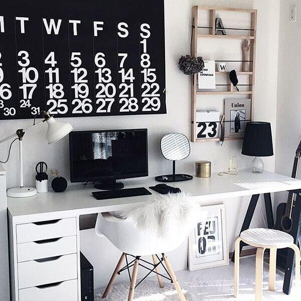 壁面収納のおしゃれなパソコン周り